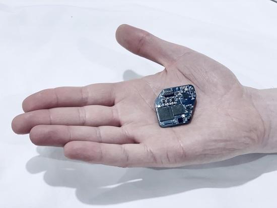 L'implant simultanément indique et stimule le cerveau pour commander Parkinson, d'autres maladies