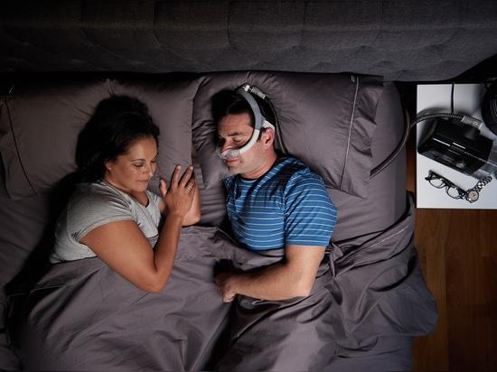 ResMed libère son premier masque du dessus-ofHead CPAP pour des dormeurs de côté et d'estomac