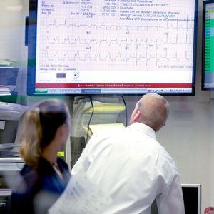 système de gestion de données / de l'information / de dossier médical / d'analyse