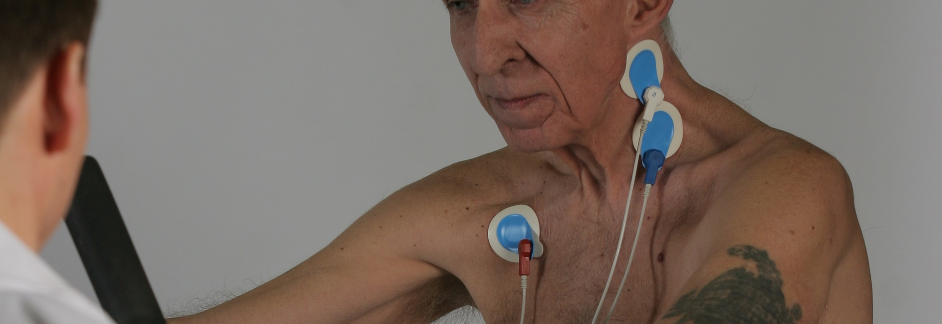 Un patient atteint d'une maladie pulmonaire en cours de réadaptation