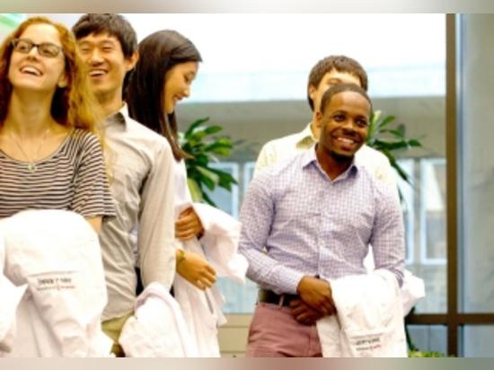 Tawaun Lucas (extrême droite) est un nouvel étudiant dans le programme de neurologies de PhD.