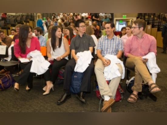 Esha Atolia, Marisa Hom, ventilateur de Yilin, Carlos Gonzalez et Zach Harvey, étudiants de troisième cycle en biosciences, assistent à la cérémonie de manteau de laboratoire de PhD sur septembre 30.