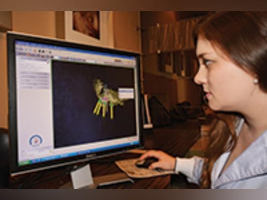 Dr. Wendy Clark étudie Dr. Salama ? placement virtuel d'implant de s avant la chirurgie.