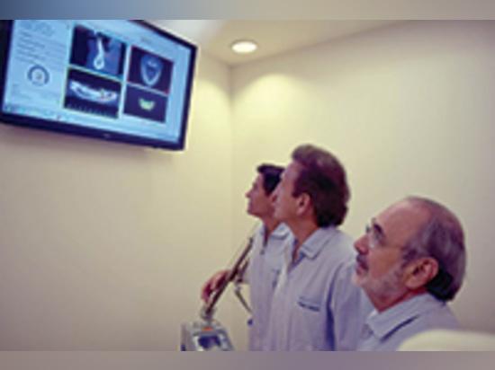 Plus de yeux, plus d'idées : Jeu rouleau-tambour. Revue de Maurice Salama, de Henry Salama, et de David Garber un plan chirurgical utilisant le logiciel de SimPlant (matérialisez dentaire).